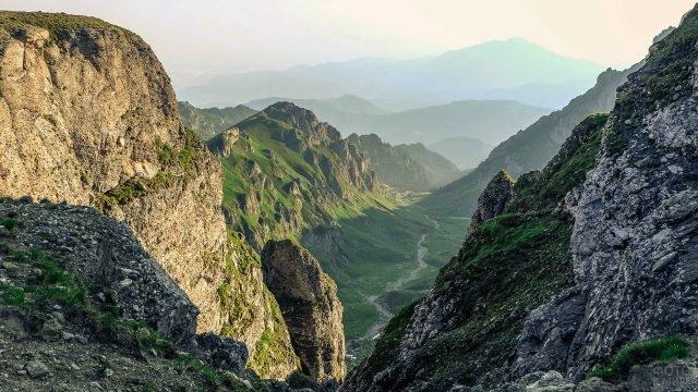 Ущелье в Карпатских горах в лучах восходящего солнца