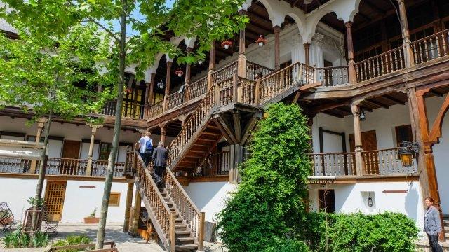 Вид со двора в классическом отеле в Трансильвании
