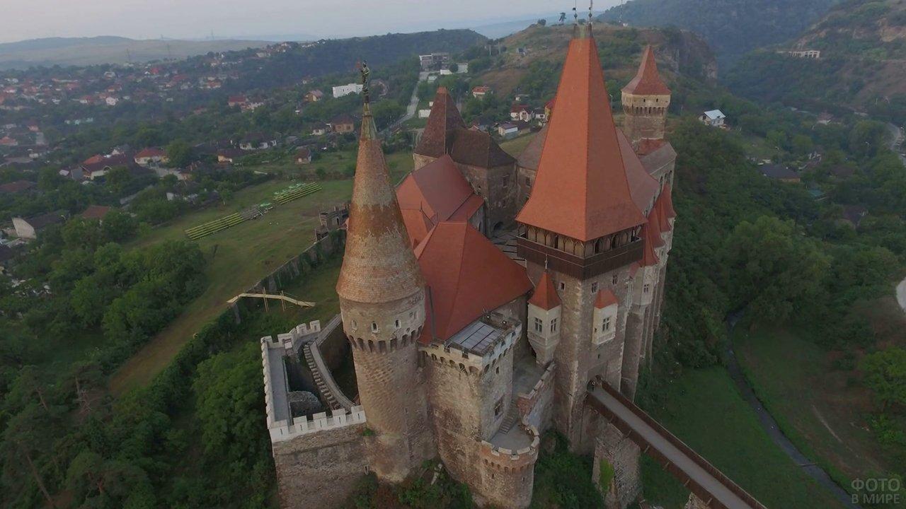 Я влюбился в Карпаты (путешествие в Румынию) Zamok-korvinov-s-vysoty