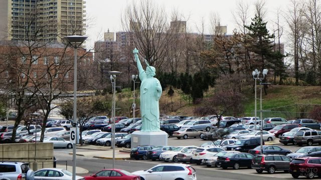 Десятиметровая Статуя Свободы на парковке Бруклинского музея