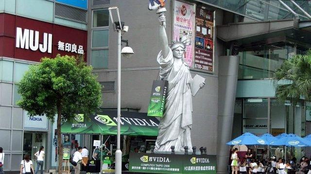 Копия Статуи Свободы на тайваньской компьютерной выставке