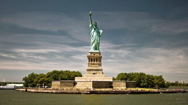 Панорама острова Свободы с одноимённой статуей