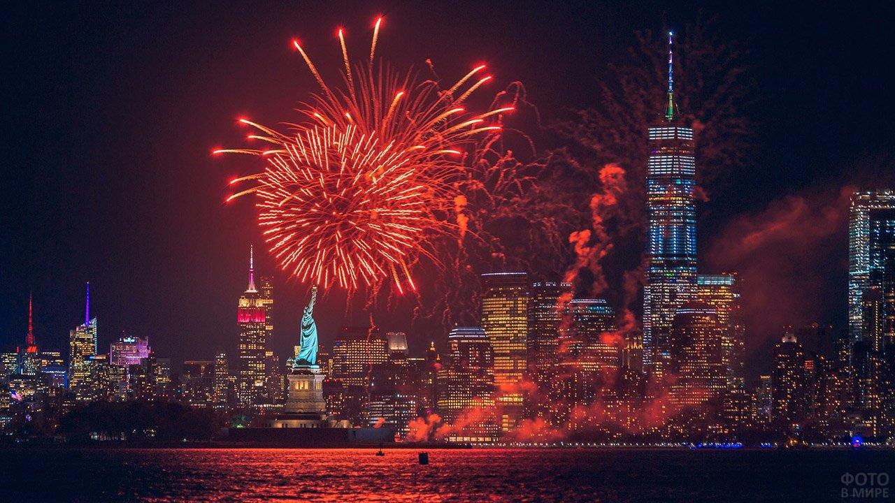 Статуя Свободы на фоне фейерверков над Манхэттеном