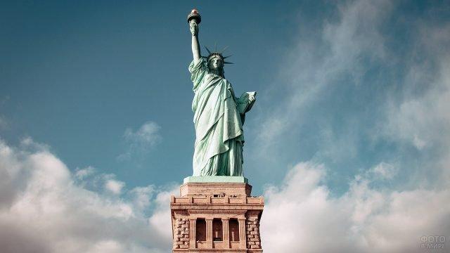 Статуя Свободы на фоне лёгких облаков