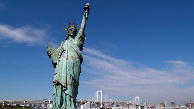 Статуя Свободы на фоне Манхэттенского моста