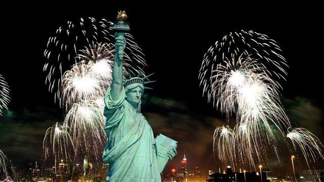 Статуя Свободы на фоне праздничного фейерверка