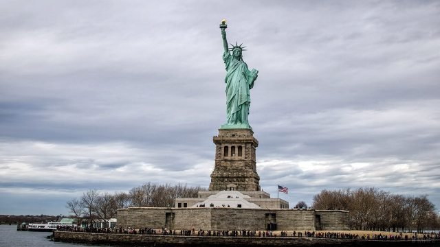 Статуя Свободы в пасмурный осенний день в Нью-Йорке
