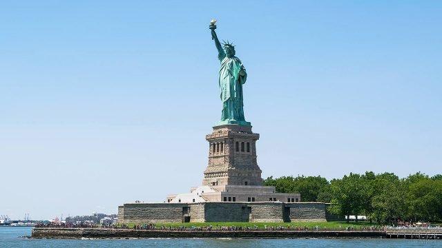 Статуя Свободы в Верхней Нью-Йоркской бухте