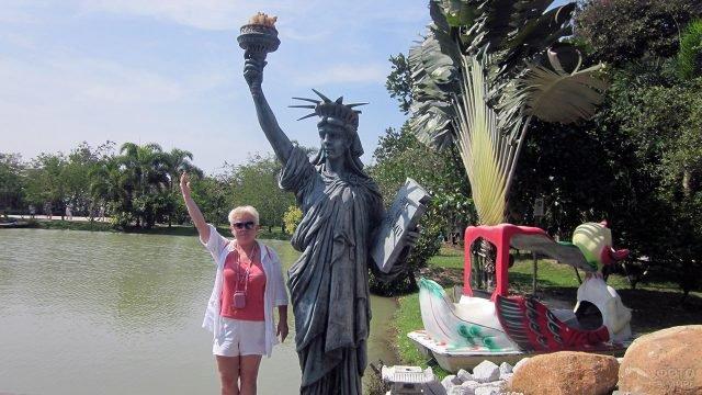 Туристка у копии Статуи Свободы в Тайланде
