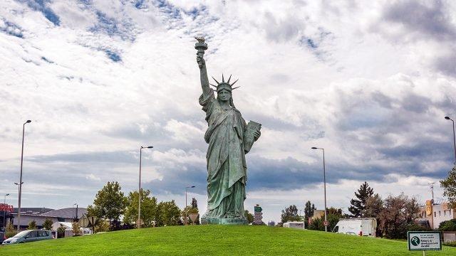Уменьшенная копия Статуи Свободы во французском городе Кольмар