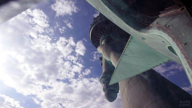 Вид на факел в руке Статуи Свободы со смотровой площадки в короне