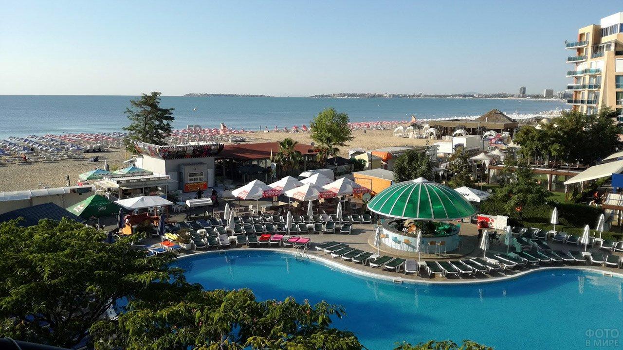 Бассейн с баром при отеле на пляже курорта Солнечный берег