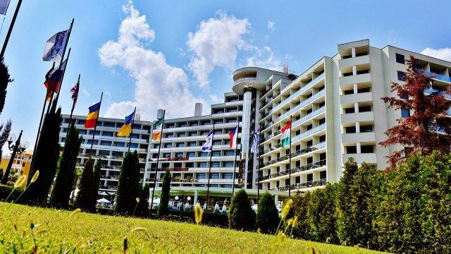 Флаги разных стран перед отелем международного курорта Солнечный берег