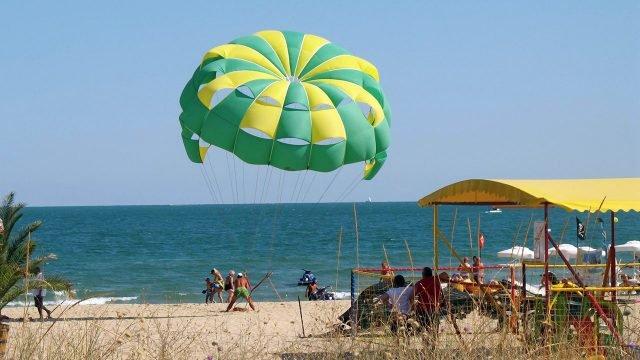 Парасейлинг над Чёрным морем на курорте Солнечный берег