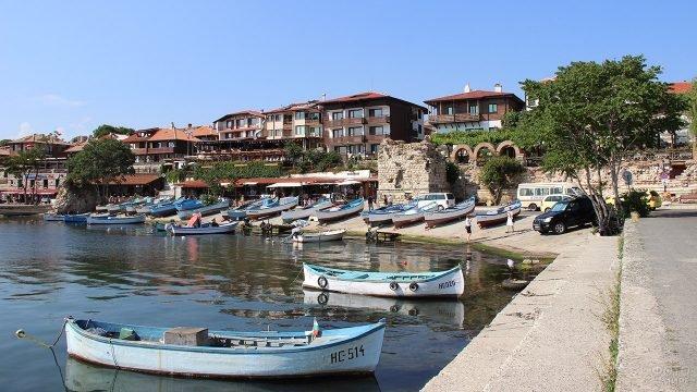 Прогулочные лодки на набережной болгарского курорта Солнечный берег