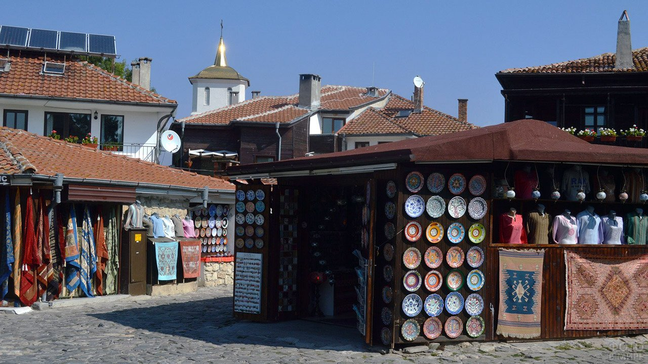 Рынок с сувенирами в античном гоорде Несебр в болгарском курорте Солнечный берег