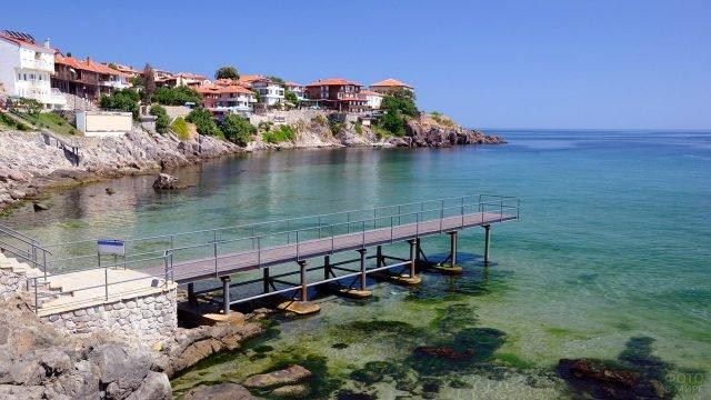 Смотровая площадка на мелководье Чёрного моря в болгарском курорте Солнечный берег