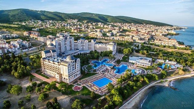 Территория роскошного отеля на побережье курорта Солнечный берег