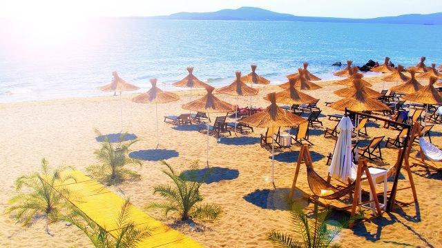 Тропические зонтики на пляже курорта Солнечный берег