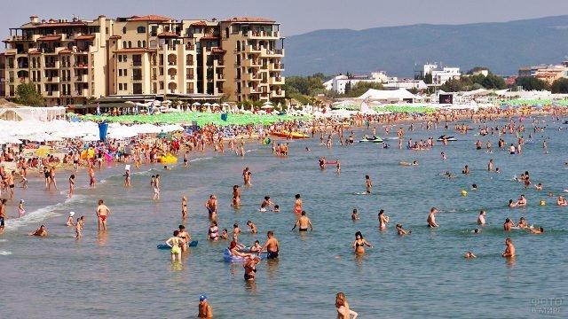 Туристы купаются в Чёрном море на болгарском курорте Солнечный берег
