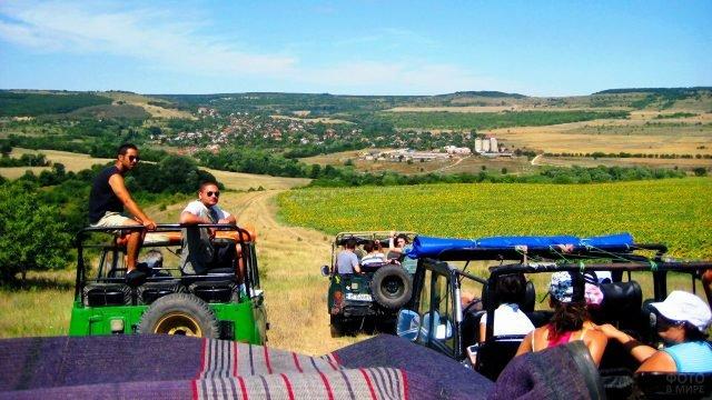 Туристы на уазиках в цветущих полях Болгарии близ побережья Чёрного моря
