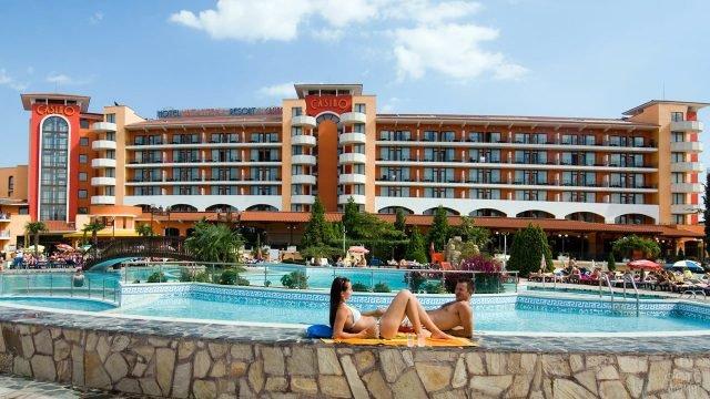 Туристы у бассейна при отеле-казино в болгарском курорте Солнечный берег