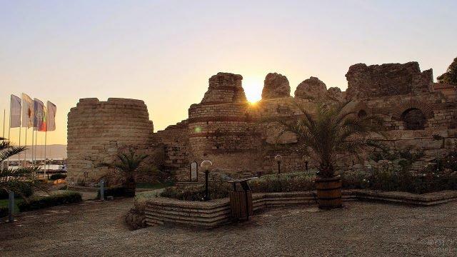 Закат над античными руинами в болгарском курорте Солнечный берег
