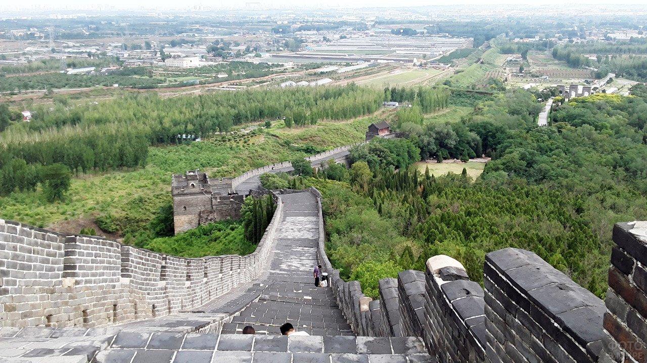 Бойницы Великой Китайской стены направлены в сторону Пекина