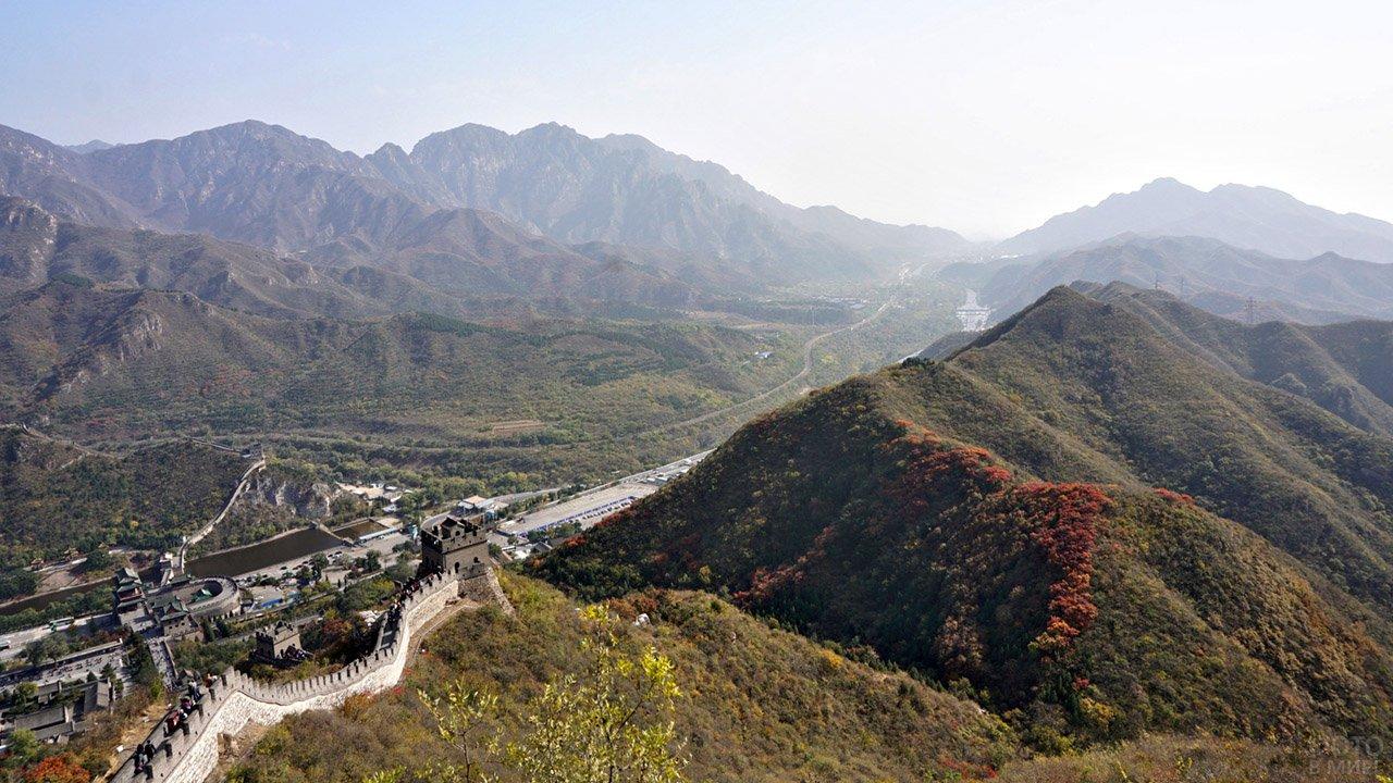 Панорама гор с туристическим центром у подножья башни Цзюйюнгуань Великой Китайской стены