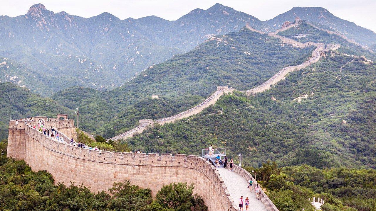 Пёстрая цепочка туристов на Великой Китайской стене в участке Бадалин