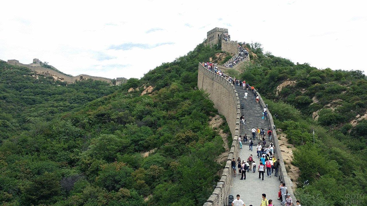 Туристы на ступенях Великой Китайской стены