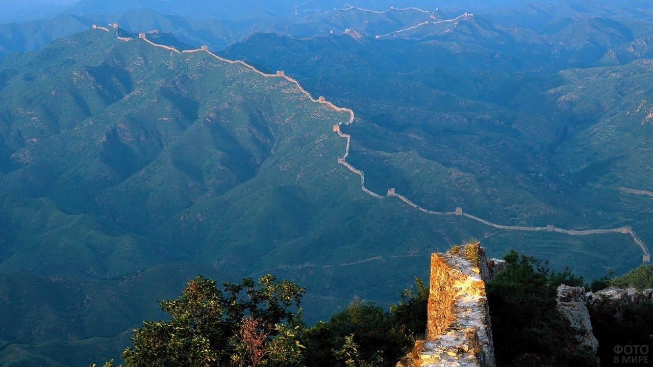 Великая Китайская стена проходит по неприступным горным хребтам