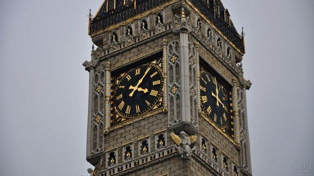 Часы сургутского Биг-Бена на башне Школы иностранных языков