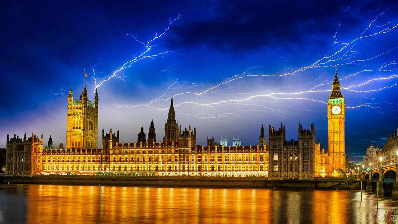 Ночные огни Парламента и Биг-Бена во время грозы