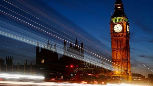 Огни вечернего лондонского траффика на фоне светящегося Биг-Бена