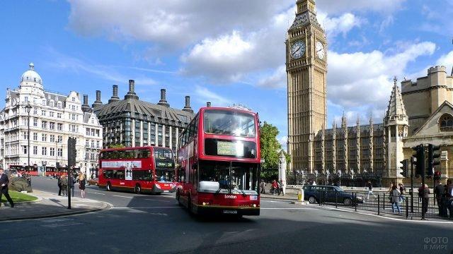 Открыточный вид Лондона с туристическими автобусами у Биг-Бена