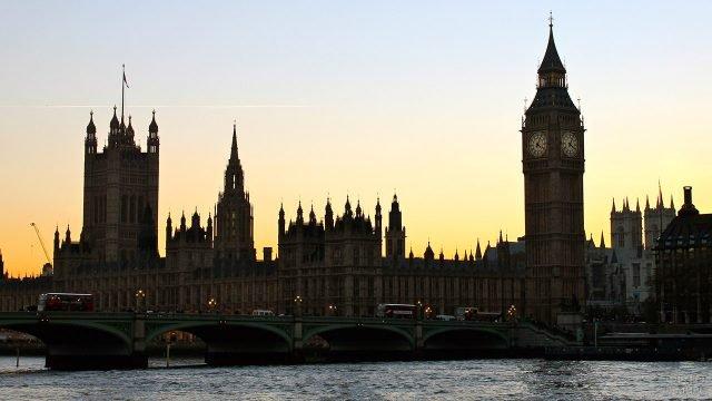 Силуэт Вестминстерского дворца и башни Биг-Бен на фоне вечернего неба