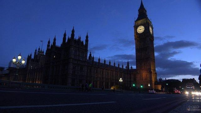 Светящийся в ночи циферблат Биг-Бена на тёмной лондонской улице