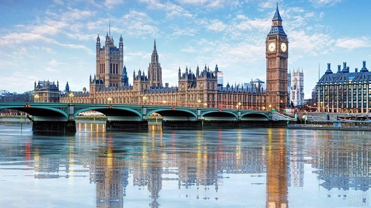 Вестминстерский дворец и Биг-Бен отражаются в Темзе