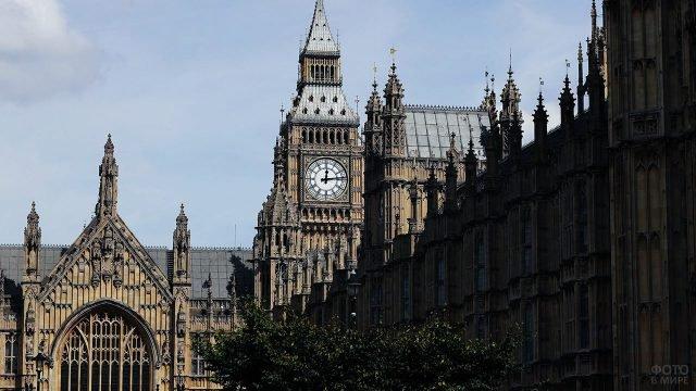Вид на Биг-Бен со двора здания Парламента
