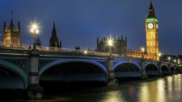 Вид с набережной Темзы на Биг-Бен в ночных огнях