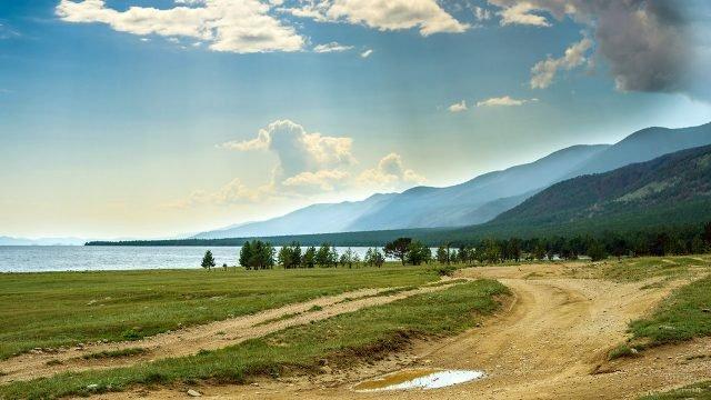 Дорога вдоль берега на фоне горного пейзажа озера Байкал