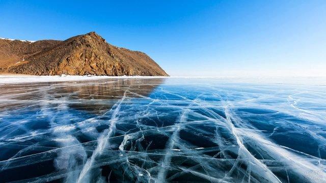 Каток на поверхности замёрзшего Байкала