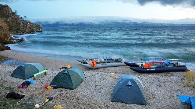 Лагерь экотуристов на берегу Байкала