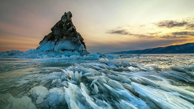 Остров Еленка среди льдов зимнего Байкала на фоне заката