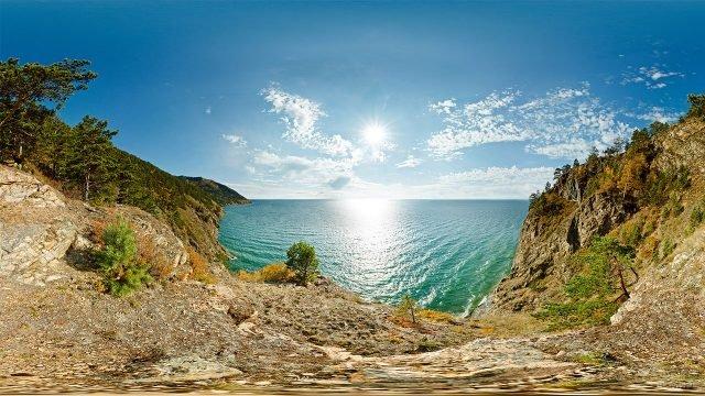 Полуденное солнце над скалистыми берегами озера Байкал