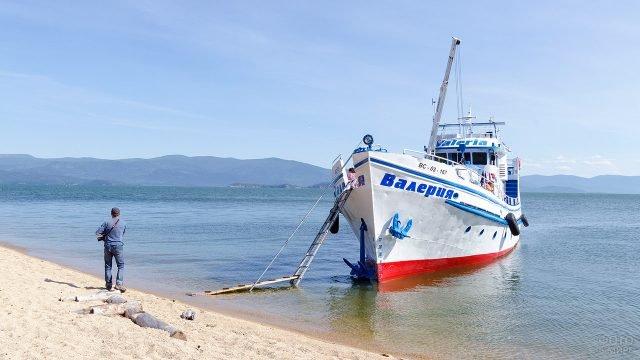 Прогулочный кораблик в одной из бухт озера Байкал
