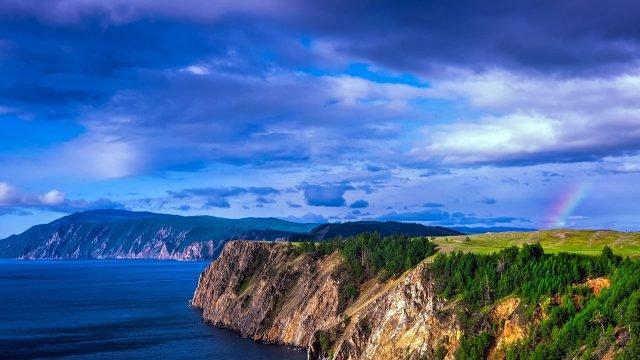 Радуга над островом Ольхон на озере Байкал