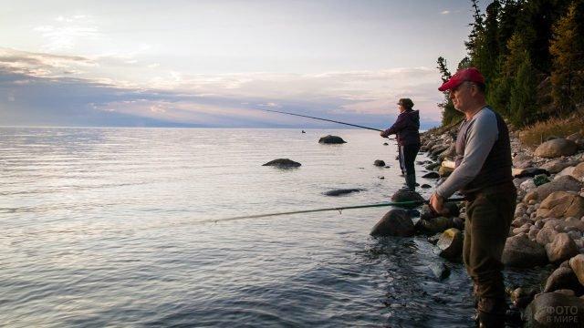 Рыболовы на берегу Байкала