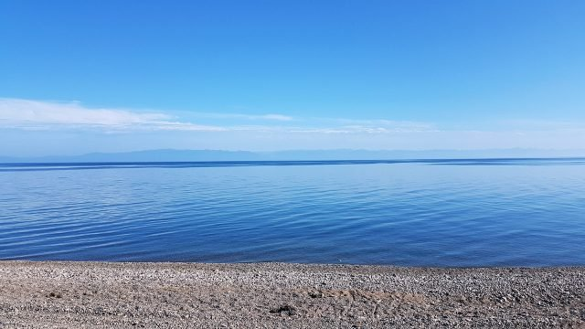 Синее небо отражается в глади озера Байкал